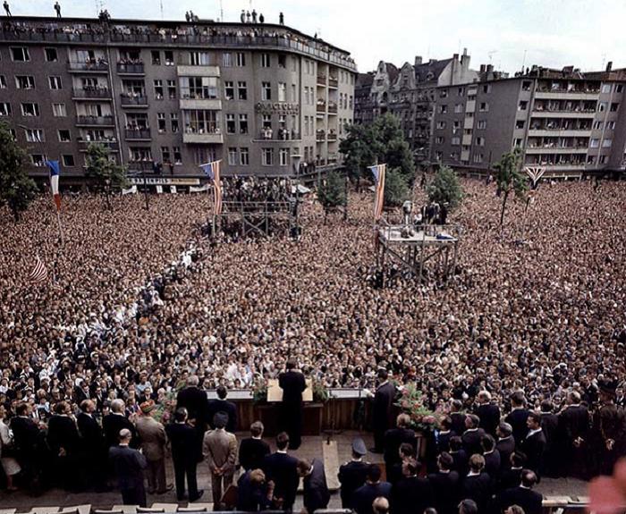 В 1963 году на площади перед Шёнебергской ратушей со своей знаменитой речью «Я — берлинец» выступил президент США Джон Ф. Кеннеди.