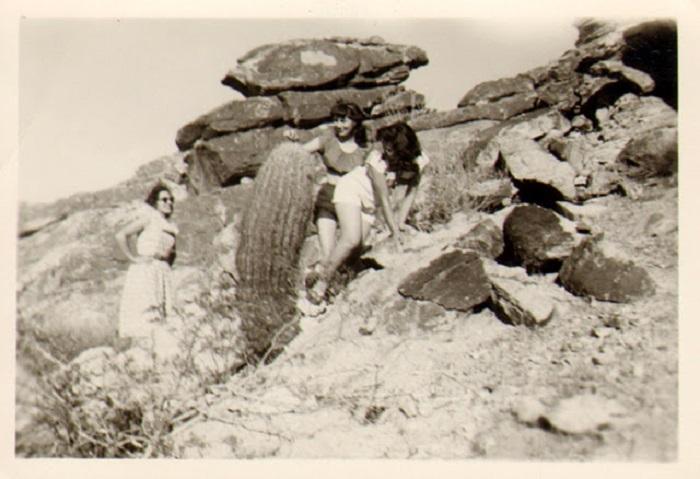 Путешественницы взбираются вверх по склону.