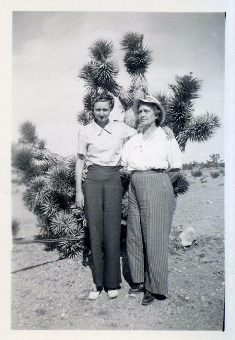 Мама с дочкой позируют возле представителя кактусовых.