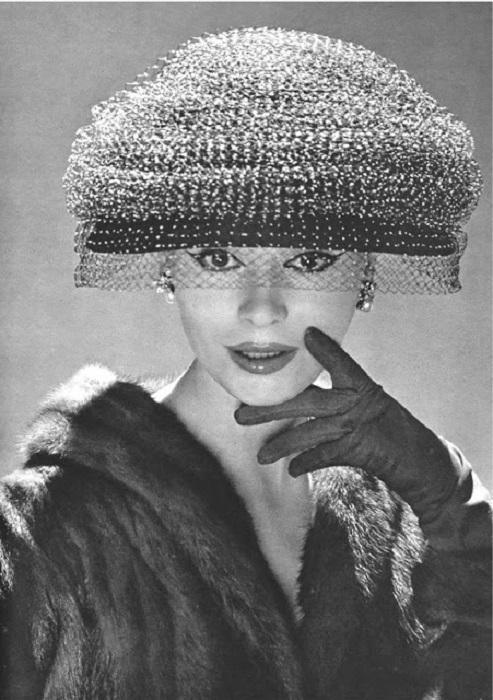 Красивый дамский головной убор.