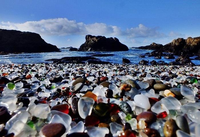Разноцветный стеклянный пляж.
