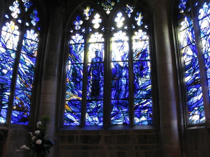 На окнах великолепные витражи, на которых изображены сцены из жизни старой Англии, начиная от коронации королей и заканчивая сценами игры в гольф.