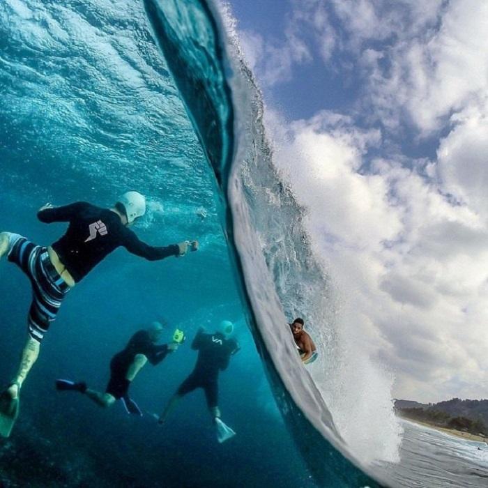 Снимки серфера из глубины.