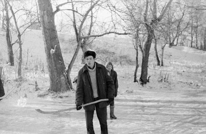 Игра в хоккей на замёрзшей речке.