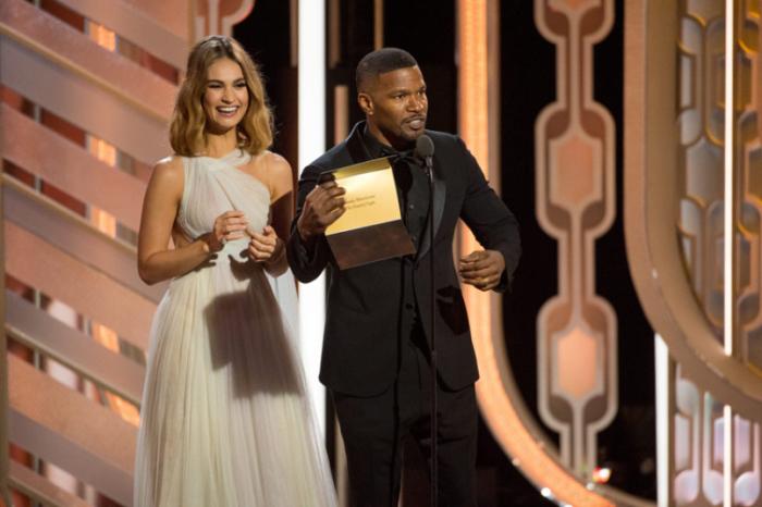 Честь пригласить номинантов на сцену выпала Лили Джеймс и Джейми Фоксу.