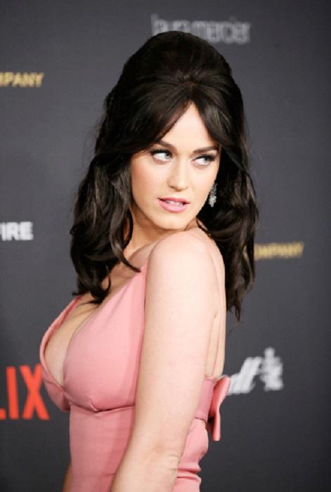 Критики осудили платье Перри, назвав его самым безвкусным и слишком обычным для такого мероприятия.