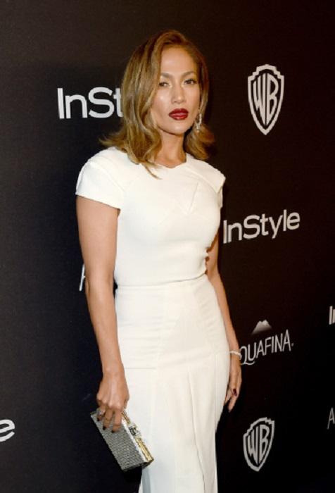 На афтепати церемонии награждения премии «Золотой глобус» Дженнифер появилась в элегантном белоснежном платье Roland Mouret.