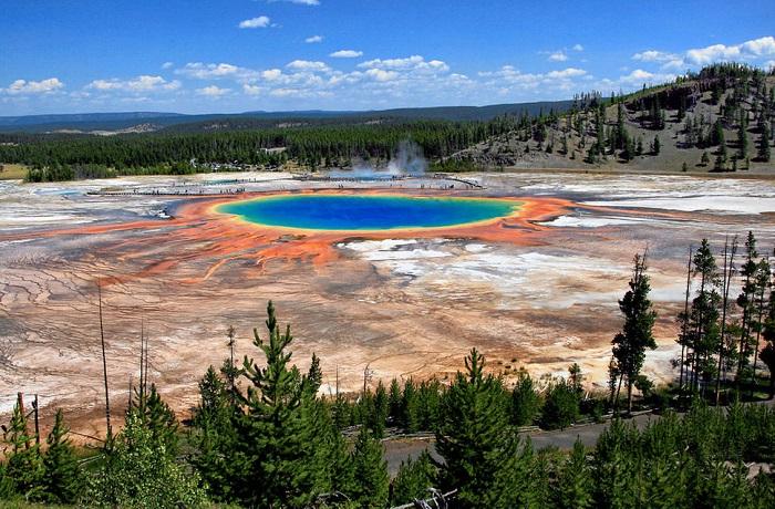 Горячий источник находится в Йеллоустонском национальном парке и является самым большим в США.