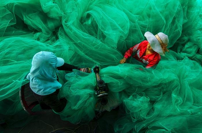 Женщины в небольшой деревне недалеко Винь Hy-Бей, Вьетнам, шьют рыболовную сеть. (Винь Hy-Бей, Нинь Туан, Вьетнам, ноябрь 2013 года, Sony NEX-6).