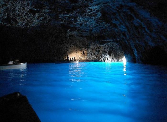 Единственная и самая популярная достопримечательность острова Капри – морская пещера Голубой Грот, подсвеченная потусторонним голубым светом.
