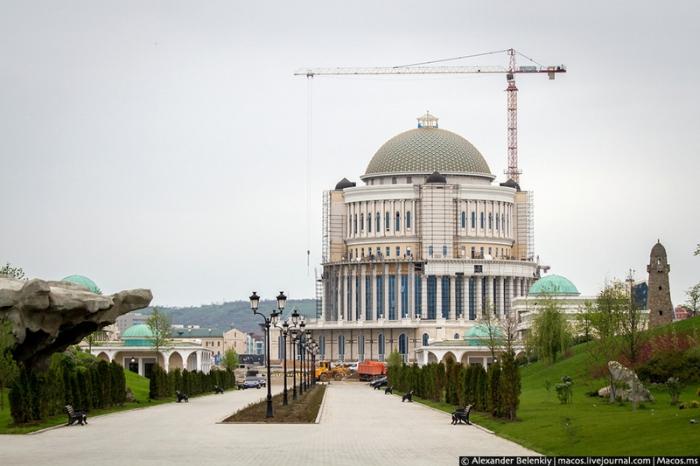 Строительство новых зданий продолжается здесь день и ночь.