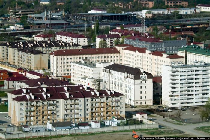 Ухоженные многоквартирные жилые дома.