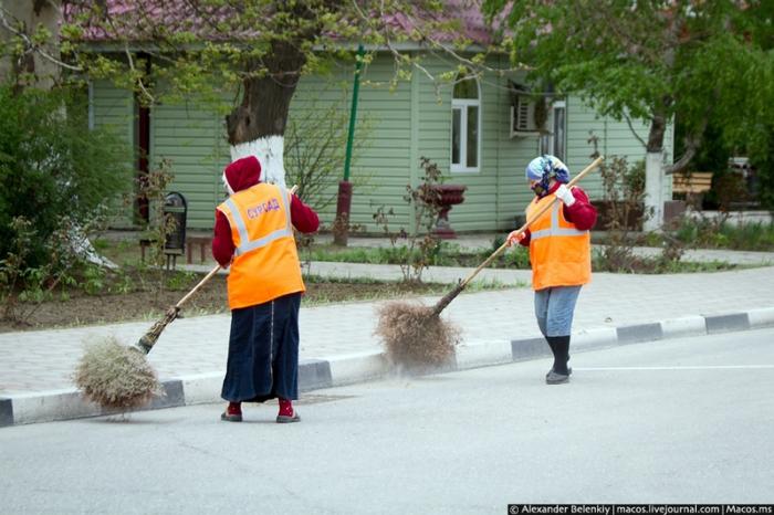 Центральные улицы метут несколько раз в день и там очень чисто.
