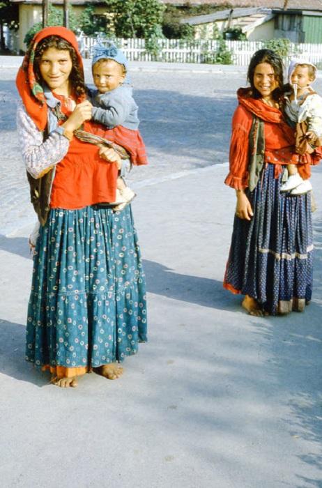 Детям в цыганских поселениях живется лучше всех: они являются объектом внимания всех окрестных женщин, их принято баловать и вообще обходиться очень ласково.