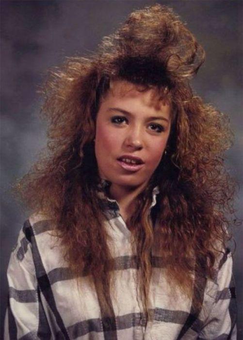 Обладательницы не слишком густых волос старались делать акцент на макияже.