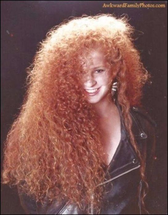 Обладательницы длинных и вьющихся волос были настоящими королевами объемных причесок.