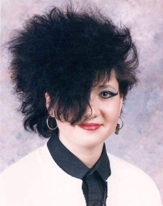 Темные волосы, закрывающие половину лица и… объем - без него в 1980-х было не обойтись.