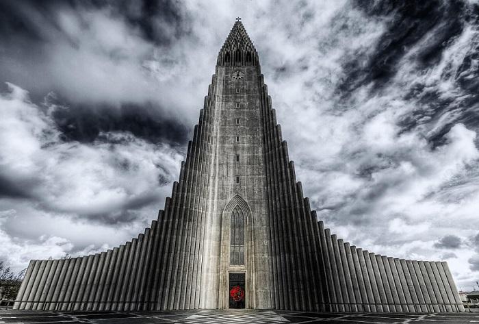 Лютеранская церковь — четвертое по высоте здание в Исландии, ее высота 74,5 метра.