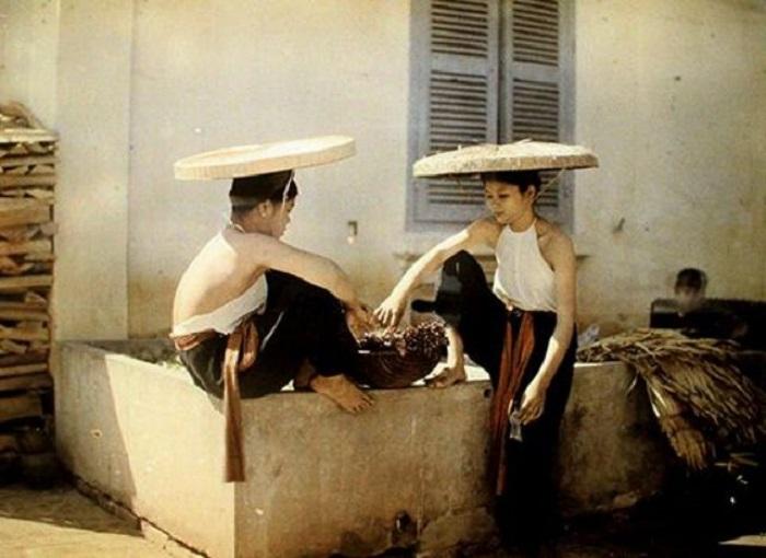 Две вьетнамки в традиционных костюмах.
