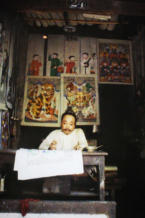 Мастер традиционного вьетнамского изобразительного искусства.