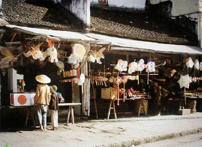 Торговля сувенирами ручной работы.