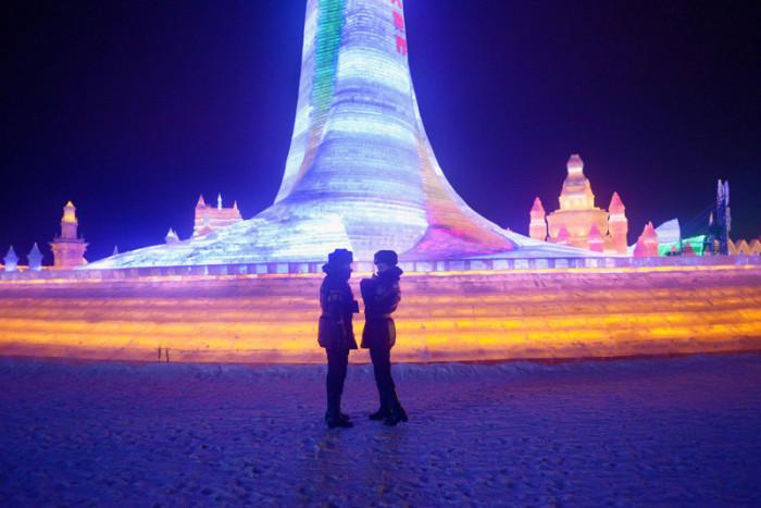 Разноцветное освещение ледяных строений превращает это место в настоящий сказочный город.