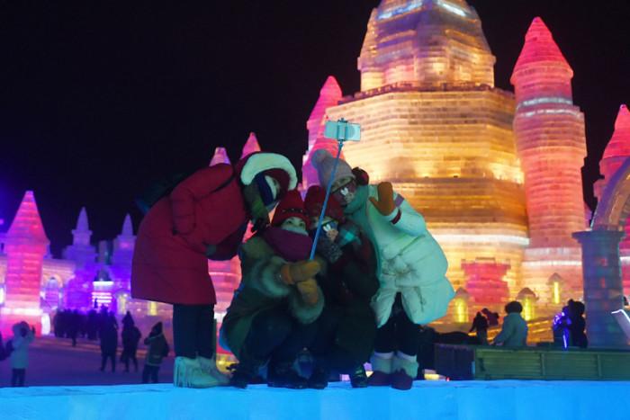 Красоту скульптурам из снега и льда придает специальная подсветка.