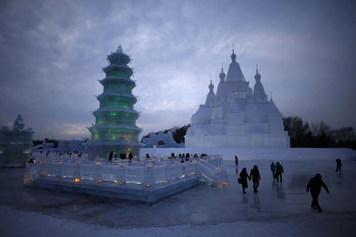 «Снег и лед» — это не только грандиозное зрелище, но и место встречи творческих людей со всего мира, сюда приезжают команды скульпторов из США, Канады, Японии и многих других стран.