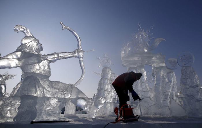 Полировка ледяных скульптур, 4 января 2016.