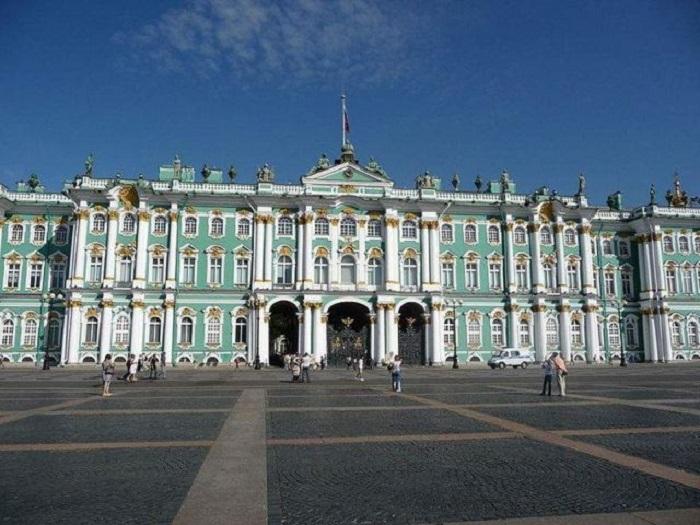 Самый крупный в мире и в России художественный и культурно-исторический музей.