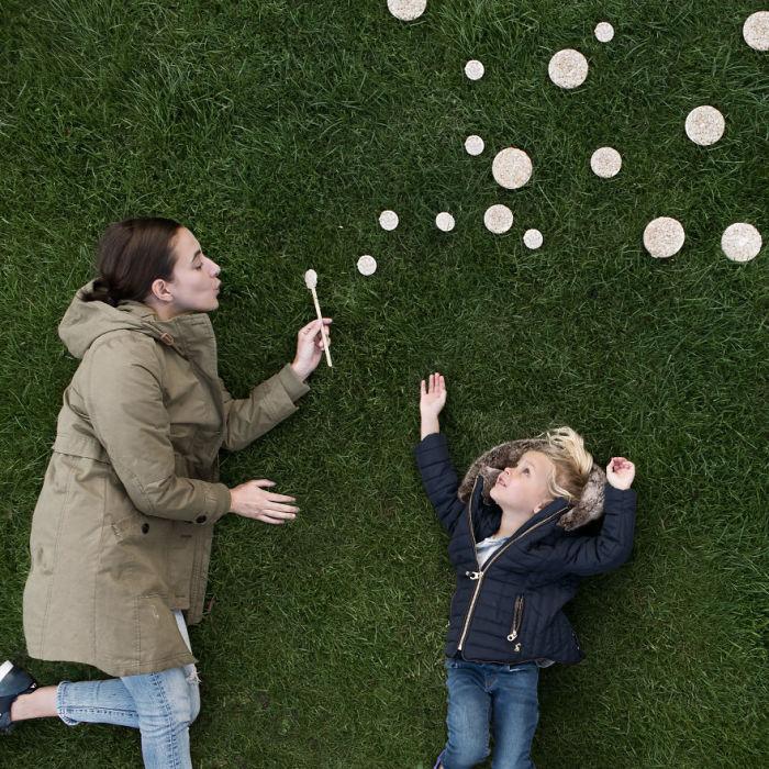 На снимках креативного фотографа рисовые лепешки легко превращаются в мыльные пузыри.
