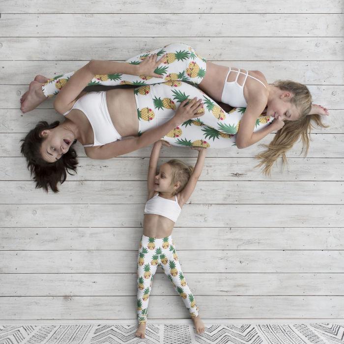 Дочки с удовольствием помогают талантливой маме и принимают участие в съемках.
