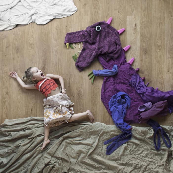 Для своих снимков Доминик Макканн использует самые обычные вещи – одежду, постельные принадлежности и даже овощи.