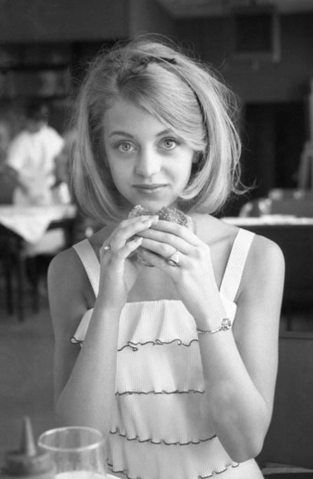 Американская актриса, которая долгое время эксплуатировала образ наивной блондинки с растрёпанными волосами и огромными голубыми глазами.