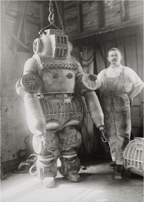 При испытаниях в проливе Лонг-Айленд в 1915 году водолаз в этом скафандре опустился на глубину 65 метров.