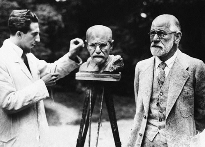 Зигмунд Фрейд позирует во время изготовления собственного бюста скульптором Оскаром Немовым.
