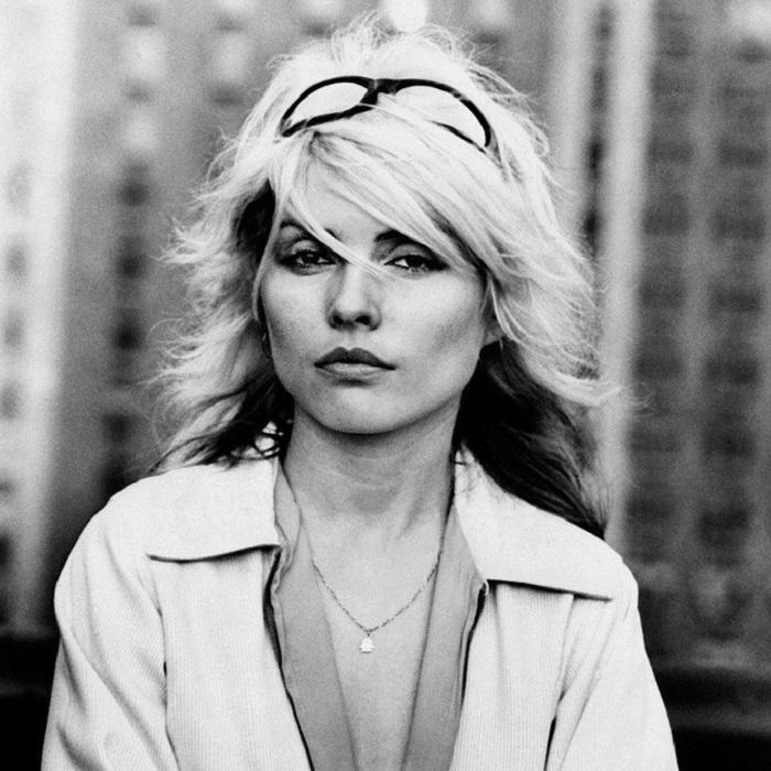 Лидер new-wave-группы «Blondie»,  была известна своими инновациями в моде.