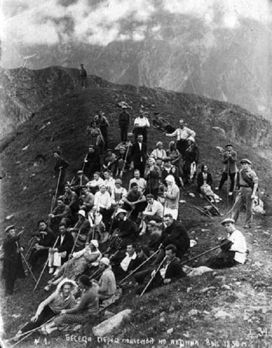 Беседа перед подъемом на ледник, 1934 год.