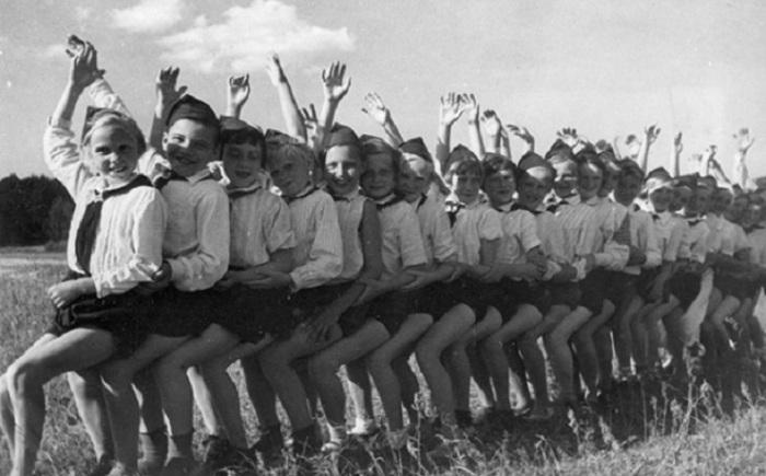 Каждый ребенок практически бесплатно мог поехать на все лето в пионерский лагерь, где их воспитывали, тренировали и обучали.