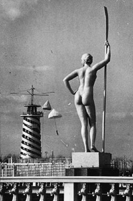 Восьмиметровая скульптура «Девушка с веслом», замечательного скульптора Ивана Шадра.