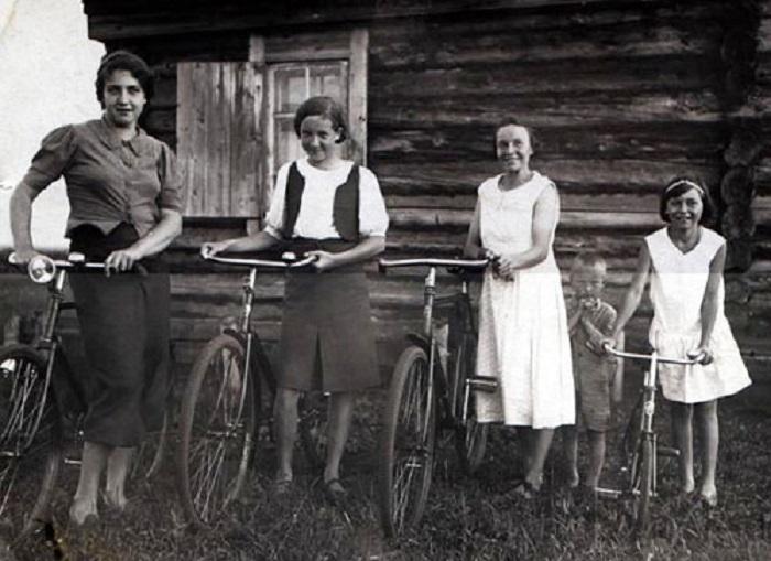 Велосипед в Стране Советов стал обыденностью — его могли позволить себе и своим детям практически все.