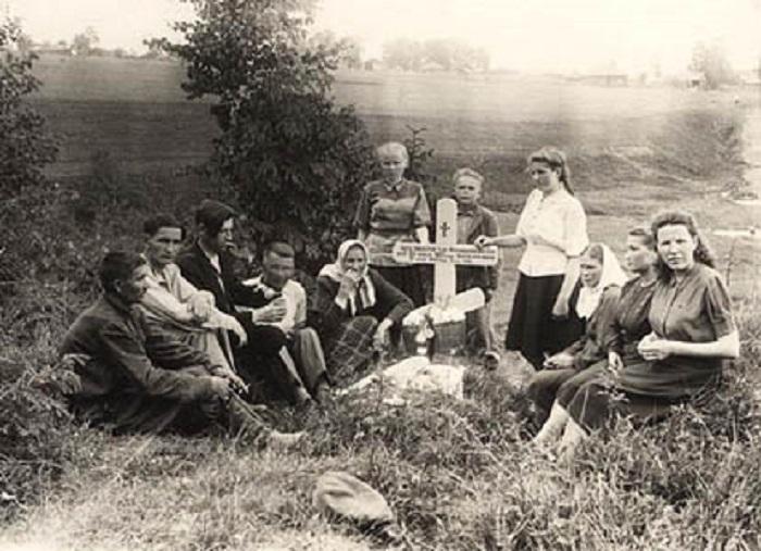 Несмотря на Сталинский террор, в глубинках кресты были на каждой могиле.