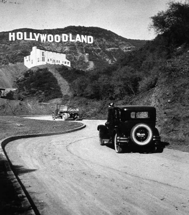 Знак был сооружен на Голливудских холмах в Лос-Анджелесе, Калифорния в качестве рекламы в 1923 году, но впоследствии приобрёл широкую известность, буквально став логотипом киноиндустрии США.