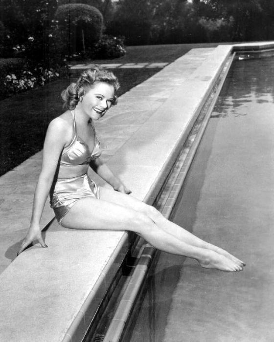 В 24 года первая и единственная трёхкратная олимпийская чемпионка оставила спорт и стала звездой голливудского балета на льду.