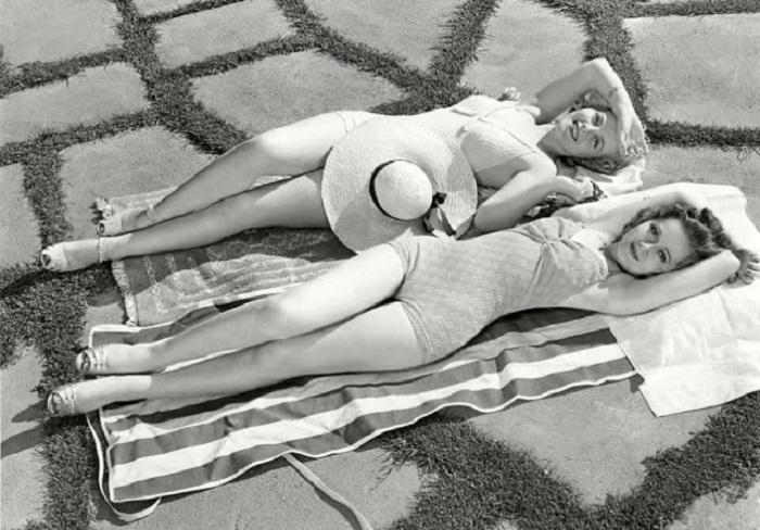 Девушки позируют в оригинальных купальниках.