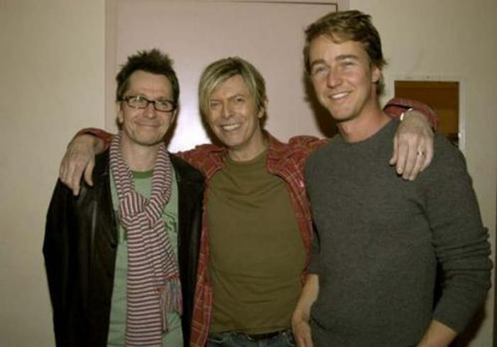 Британские актёр, рок-певец и американский сценарист.