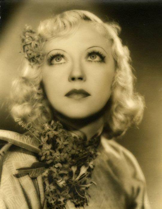 Американская комедийная актриса была популярна в эпоху немого кино, снявшись во многих знаменитых фильмах.