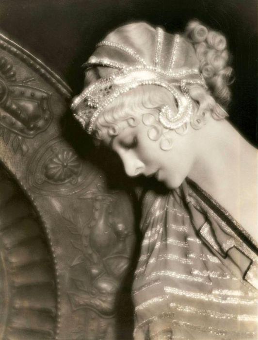 Популярная американская актриса 1930-х годов часто исполняла роли роковых женщин.