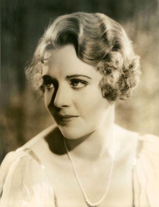 Актриса, певица и танцовщица  из США наиболее известна по ролям в успешных мюзиклах студии «Warner Brothers».