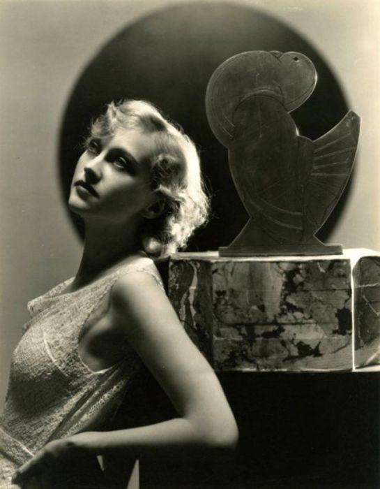 Голливудская киноактриса, которая снималась в фильмах компании «Warner Bros.» в 1930-х годах.